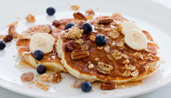 Pancakes de cereal con crema de bananas