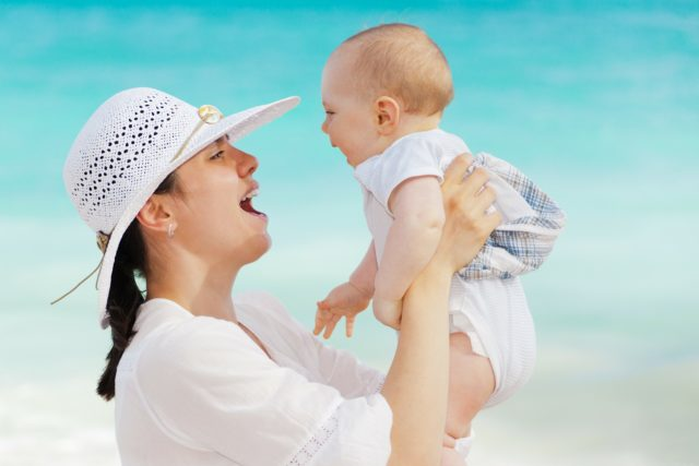 Cómo puedo estimular el habla en mi bebé